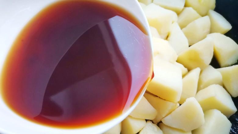 红烧土豆,倒入酱汁煮2分钟使其充分入味,
