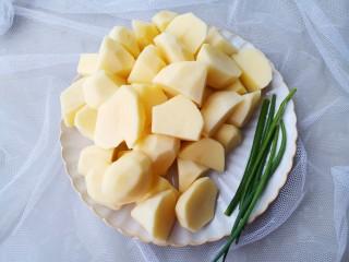 紅燒土豆,2個大土豆去皮切滾刀塊洗凈泡水3分鐘,