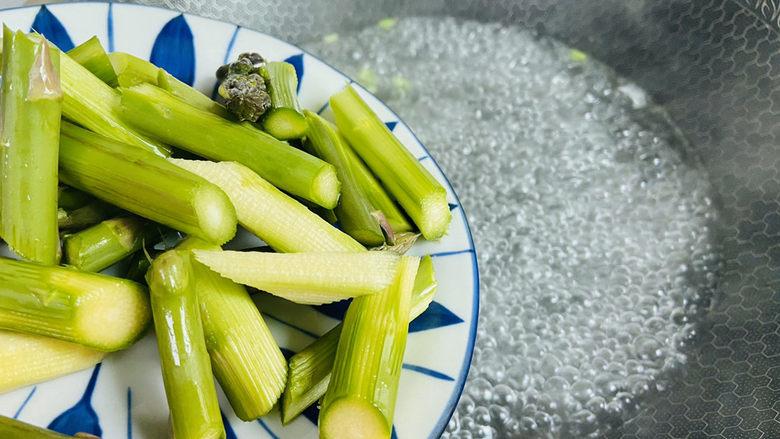 芦笋紫菜汤,倒入芦笋煮三分钟