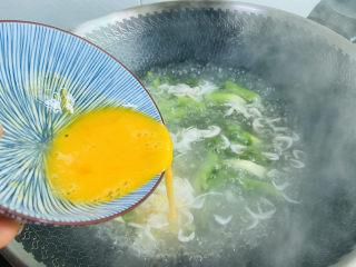 芦笋紫菜汤,倒入鸡蛋液