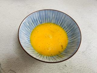 芦笋紫菜汤,鸡蛋打入碗中搅散
