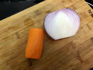 蒜苔炒牛肉?蒜苔粒粒炒牛肉,胡蘿卜削皮,洋蔥剝去外皮洗凈