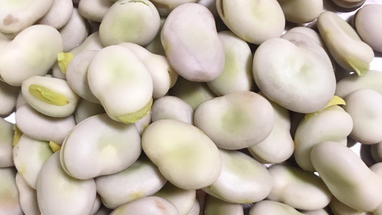 蒜苗炒蚕豆,捞出沥干水份备用