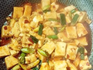 麻辣豆腐,拌匀出锅