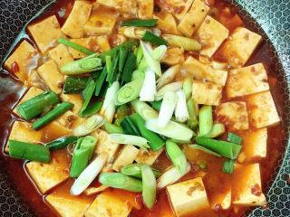 麻辣豆腐,放入蒜苗