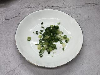 蒜泥茼蒿,小葱切成小葱花