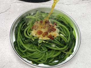 蒜泥茼蒿,趁热泼入辣椒圈和蒜泥上