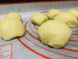 菠萝面包,用手压排气,然后分成8份;