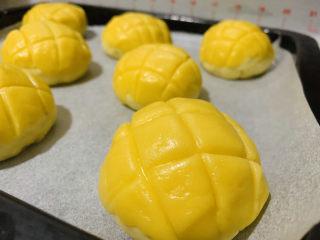菠萝面包,成菠萝形状;