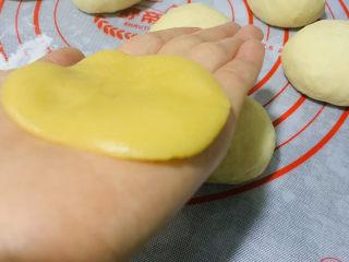 菠萝面包,菠萝皮,压扁;