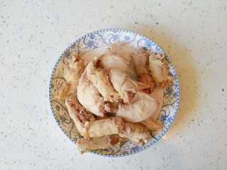 既是零食又是下饭菜的香卤鸡脖,水开后捞出鸡脖,冷水冲洗干净,沥干水份备用。水份尽量沥干,不然后面容易溅油,可以用厨房用纸吸一下。