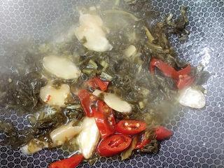 泡菜龙利鱼,翻炒几分钟