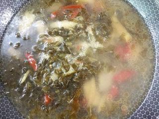 泡菜龙利鱼,加入清水烧开