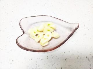 猪肉豆腐黄豆芽焖粉条,蒜切片