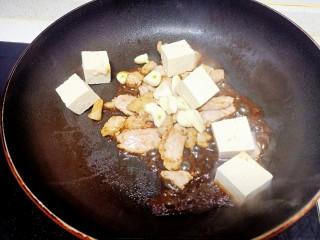 猪肉豆腐黄豆芽焖粉条,倒入生抽翻炒均匀,放入豆腐