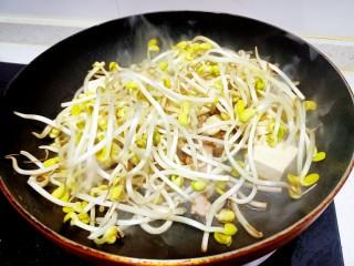 猪肉豆腐黄豆芽焖粉条,放入黄豆芽