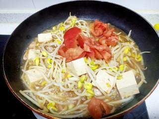 猪肉豆腐黄豆芽焖粉条,放入西红柿块加入适量清水