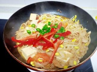 猪肉豆腐黄豆芽焖粉条,放入青红椒