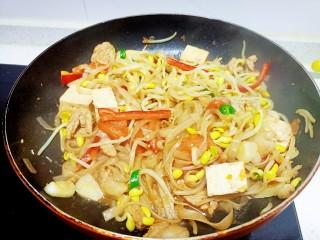 猪肉豆腐黄豆芽焖粉条,翻炒均匀