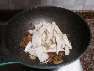 杏鮑菇炒牛肉,放入杏鮑菇翻炒片刻,直至杏鮑菇變軟。