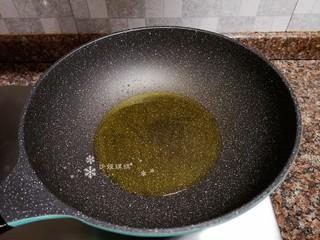 杏鮑菇炒牛肉,熱鍋倒油燒至八成熱。