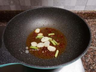 杏鮑菇炒牛肉,放入大蒜和蔥頭翻炒均勻。