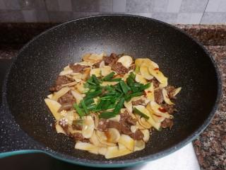 杏鮑菇炒牛肉,最后放入蔥葉翻炒均勻即可出鍋。