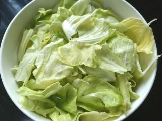 爆炒卷心菜,泡水将卷心菜清洗干净