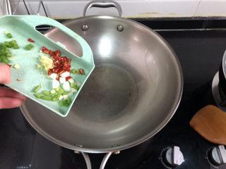 菠菜木耳炒雞蛋?綠槐陰里黃鶯語,熱鍋冷油,加入姜末干辣椒蔥末小火煸香