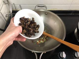 菠菜木耳炒雞蛋?綠槐陰里黃鶯語,加入煮過的木耳炒半分鐘