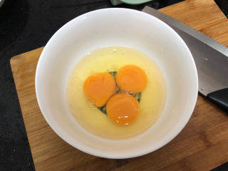 菠菜木耳炒雞蛋?綠槐陰里黃鶯語,雞蛋打入碗中