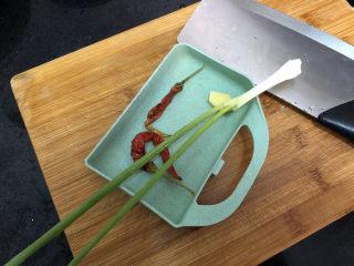 菠菜木耳炒雞蛋?綠槐陰里黃鶯語,小蔥擇好姜去皮,與干辣椒洗凈
