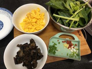 菠菜木耳炒雞蛋?綠槐陰里黃鶯語,全部食材準備好。
