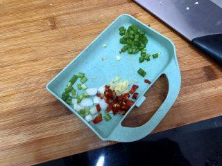 菠菜木耳炒雞蛋?綠槐陰里黃鶯語,小蔥切末,干辣椒切碎,姜切末