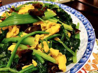 菠菜木耳炒鸡蛋➕绿槐阴里黄莺语,这道菜,做法简单,快手又便捷。菠菜搭配鸡蛋木耳,营养又美味。喜欢的小伙伴们一起来试试吧😄