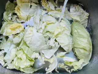 爆炒卷心菜,清洗干凈放入水中加入適量鹽浸泡十分鐘