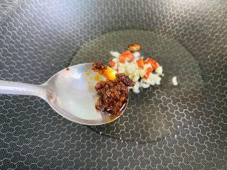 爆炒卷心菜,加入一勺豆瓣醬炒勻