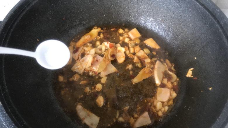 韭菜炒鸭血,加入适量盐;
