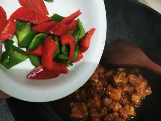 酸甜菠蘿排骨,倒入炒過的青紅椒