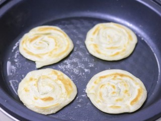 脆皮酱香饼,小火煎至两面金黄