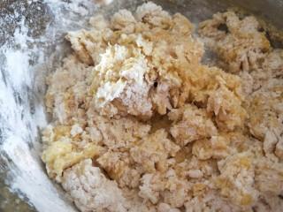 红豆沙拉丝面包,倒入蛋青搅拌。