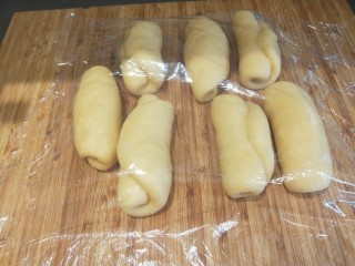 红豆沙拉丝面包,盖膜松弛10分钟。