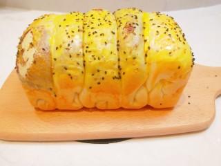 红豆沙拉丝面包,成品图