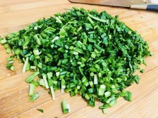 韭菜豬肉餡水餃,切碎。
