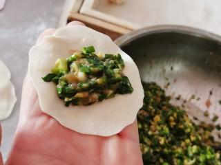 韭菜豬肉餡水餃,取一份面片放上適量調好的韭菜豬肉餡