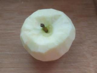 苹果银耳红枣汤,苹果洗净去皮