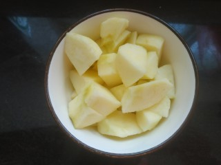 苹果银耳红枣汤,切成小块