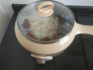 苹果银耳红枣汤,转小火慢炖40分钟