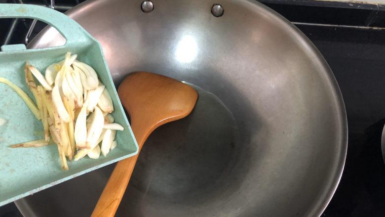 韭菜炒鸭血➕落红不是无情物,热锅冷油,加入蒜片姜丝小火煸香