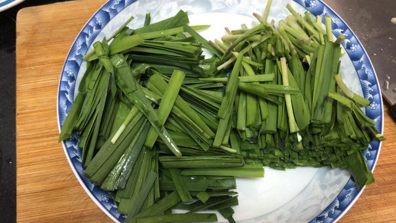 韭菜炒鸭血➕落红不是无情物,韭菜切段,韭菜梗和菜叶分开